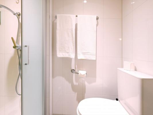 Barabas Hotel Luzern Vierbettzimmer mit privater externer Dusche 2