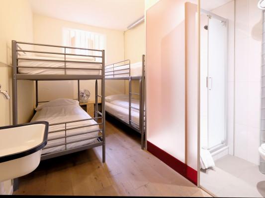 Barabas Hotel Luzern Vierbettzimmer mit privater externer Dusche 1